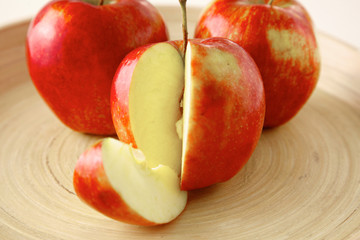 Fototapeta na wymiar Red apples on a wooden plate on the table