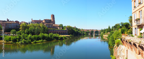 Foto panoramic view of the Sainte Cécile cathedral and Pont-Vieux (Old Bridge) on the river Tarn in Albi in Occitanie (South of France)