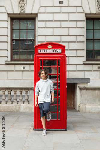 Poster Ouest sauvage Boy stands by a telephone box