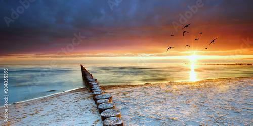 Foto auf Gartenposter Nordlicht Holzbuhnen am Meer