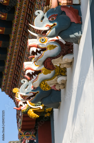 Poster Commemoratif Animal heads statues at monastery facade, monastery Gangte Goempa, Bhutan