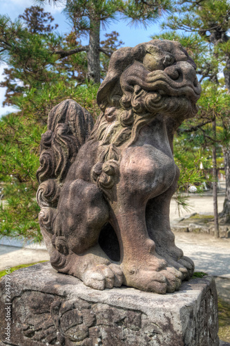 La pose en embrasure Commemoratif Japan, Amanohashidate. Lion/Dog idol at Chionji Temple.