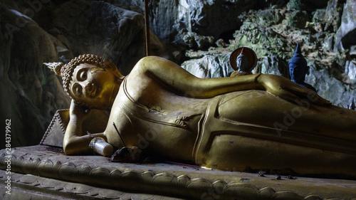Poster Commemoratif Laos, Vang Vieng. Reclining Buddha in cave.