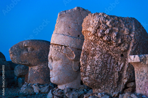 La pose en embrasure Commemoratif Statue of head at sunrise on the eastside of the mountain, Mt. Nemrut, Turkey