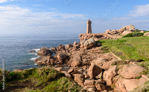 Foto The Ploumanac'h lighthouse (officially the Mean Ruz lighthouse) is an active lighthouse in Côtes-d'Armor, France, located in Perros-Guirec