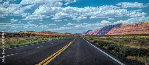 Montage in der Fensternische Route 66 Arid landscape of Arizona. The crumbling sandstone mountains and the highway