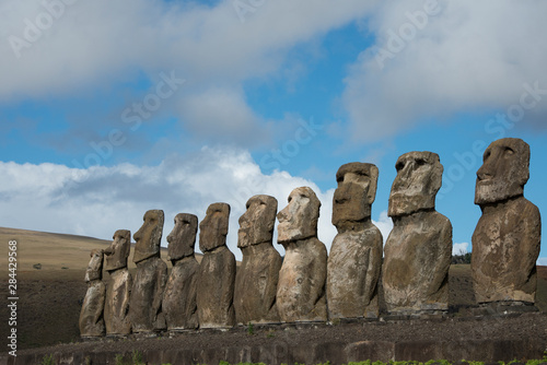 Poster Historisch geb. Chile, Easter Island, Hanga Nui. Rapa Nui National Park, Ahu Tongariki (aka Tonariki). Fifteen large moai statues on the largest ceremonial platform in all of Polynesia. UNESCO