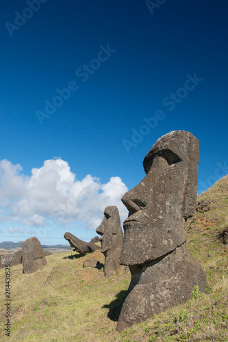 In de dag Historisch mon. Chile, Easter Island aka Rapa Nui. Rapa Nui National Park, historic site of Rano Raraku 'the quarry'. Volcanic hillside where moai were carved.