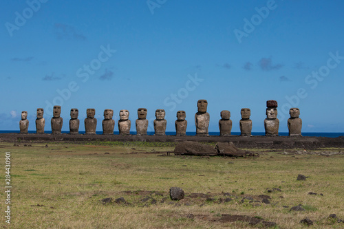In de dag Historisch mon. Chile, Easter Island, Hanga Nui. Rapa Nui National Park, Ahu Tongariki (aka Tonariki). Fifteen large moai statues on the largest ceremonial platform in all of Polynesia. UNESCO