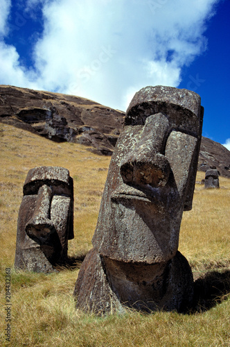 La pose en embrasure Commemoratif Chile, Easter Island. The strong-featured moai at Rano Raraku on Easter Island, a World Heritage Site, appear to be raising their faces to the sun.