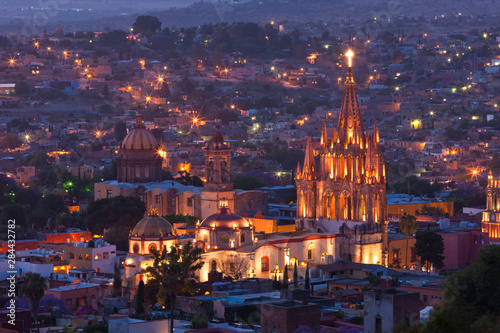 Fototapeta premium Meksyk, San Miguel de Allende. Kościół La Parroquia de San Miguel Arcangel dominuje nad miastem o zmierzchu.