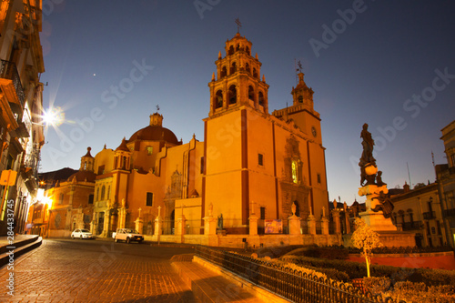 Poster Historisch geb. Mexico, Guanajuato, Basilica Colegiata de Nuestra with it's colorful Yellow