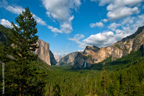 Photo  View of Yosemite Valley from the Gates of the Valley, Yosemite National Park, California, USA