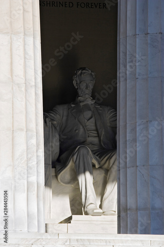 Poster Historisch geb. USA, Washington, D.C. View of Abraham Lincoln's statue at Lincoln Memorial.
