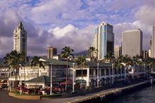 Famed Aloha Tower Dominates Th...