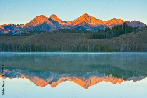 Photo Alpenglow, sunrise, reflections, Little Redfish Lake, Sawtooth National Forest,