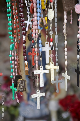 In de dag Historisch mon. USA, New Mexico, Chimayo. Religious artifact left by believers at El Santuario de Chimayo, a church located between Santa Fe and Taos in New Mexico often called the Lourdes of America.