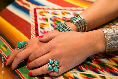 Fototapeta premium Model prezentujący biżuterię na sprzedaż, Santa Fe, Nowy Meksyk, USA.