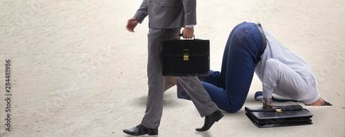 La pose en embrasure Autruche Businessman hiding his head in sand escaping from problems