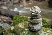 川辺の石積み