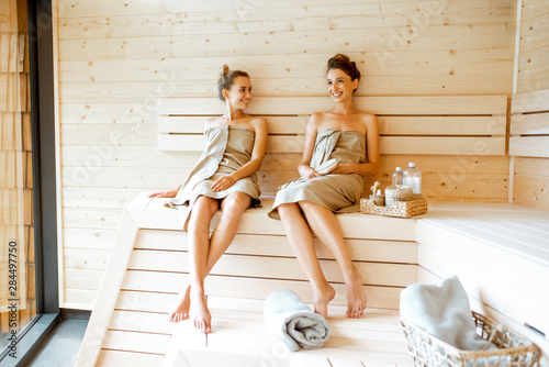 Carta da parati Two girlfriends relaxing in the sauna