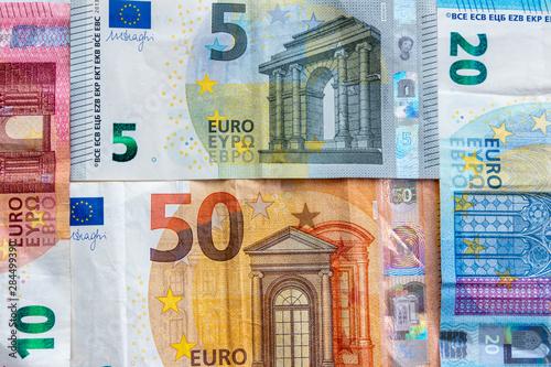 Verschiedene europäische EURO-Geldscheine stehen für Wirtschaftskraft, Konjunktu Fototapeta