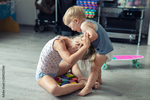 Fotografía  Two little siblings children quarrelling after playing at room at house