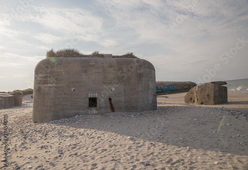 Alte Bunker mit Graffiti  an der Nordseeküste in Dänemark, Atlantikwall