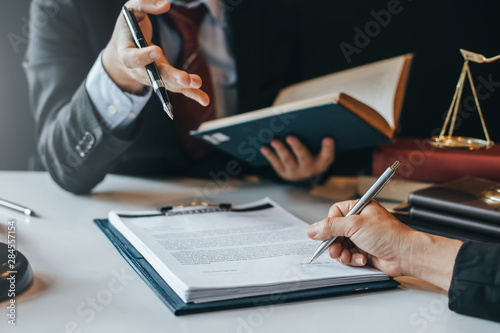 Fotografía  Sign the agreement The Concept of Legal Procedure and Litigation.