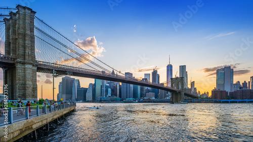 Foto auf AluDibond Brooklyn Bridge brooklyn bridge and lower manhattan while sunset