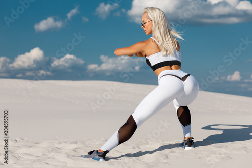 Canvas Print Fitness woman doing lunges exercises for leg muscle workout training