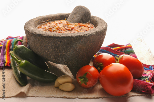 Photo Mexican salsa with tomato and garlic chili made in molcajete