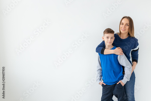 Photo  Parenting, family and single parent concept - A happy mother and teen son laughi