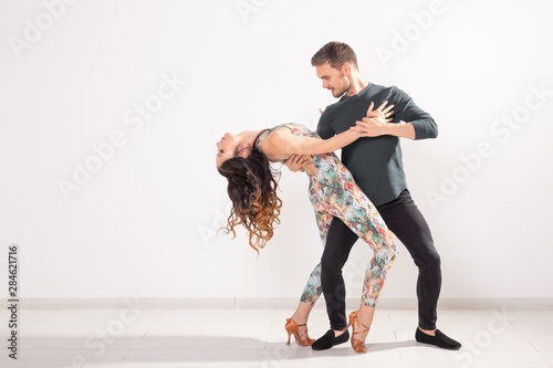 Cuadros en Lienzo  Young couple dancing social latin dance bachata, merengue, salsa
