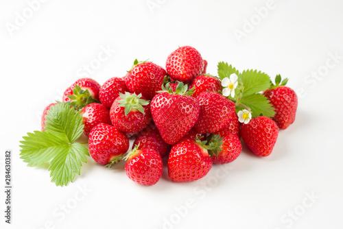 Photo Frische rote Erdbeeren angeboten als closeup auf weißen Hintergrund mit Textfrei