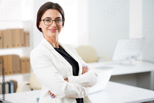 Fotografia  Portrait of a smiling young attractive business woman