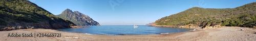Panoramique d'une crique au petit matin, entre mer et montagne Poster Mural XXL