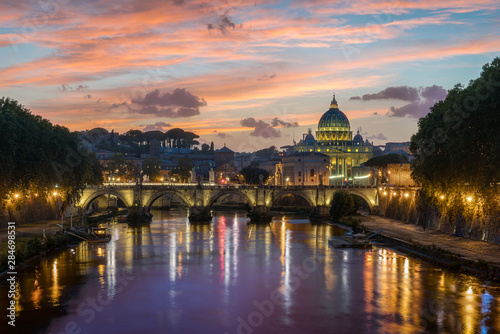 Foto auf AluDibond Aubergine lila Rome skyline in a summer evening, as seen from Umberto I bridge, with Saint Peter Basilica in the background.