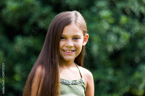 Photo Little girl smiling outdoor in a park