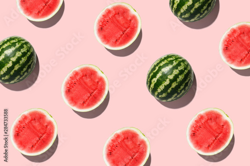 Fototapeta Pattern with ripe watermelon on pink background