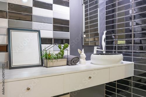 Fotografía  Interior of bathroom with sink basin faucet and mirror