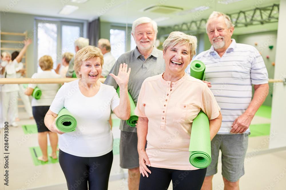 Fototapety, obrazy: Glückliche Senioren mit Yogamatten im Sportstudio