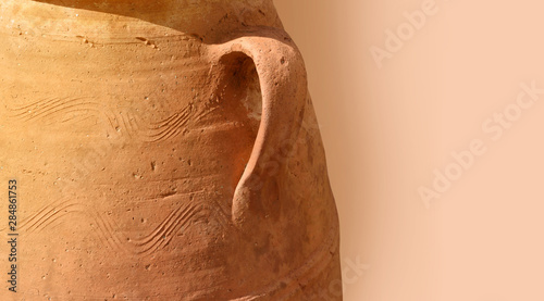 Photo Close-up greek terracotta amphora as background