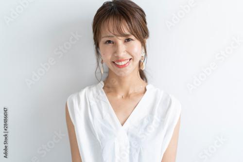 Obraz メイクアップをする女性 - fototapety do salonu