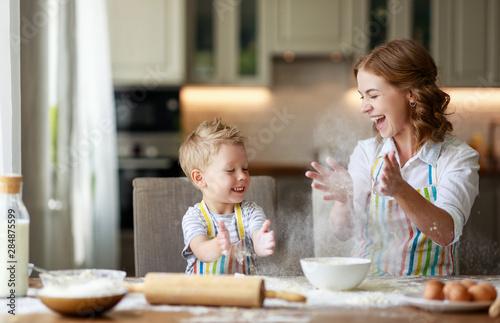 Fotografia happy family in kitchen