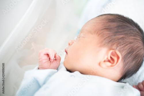 Photo  ベッドで眠る赤ちゃん