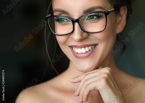 Fotografía  Close up photo of a smiling woman in eyeglasses.