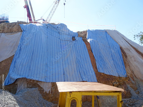 Fotografia Temporary slope protection during construction using the plastic sheets to prevent soil erosion by rainwater