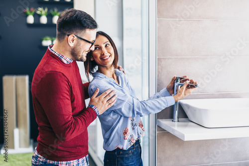Fotomural  Middle age couple choosing new ceramic tiles and utensils for their bathroom