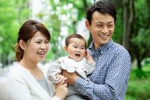 笑顔の家族3人